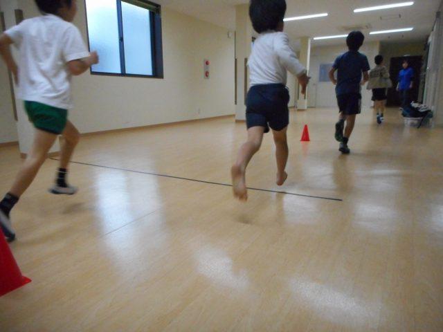 いろいろな運動遊び(新聞紙)